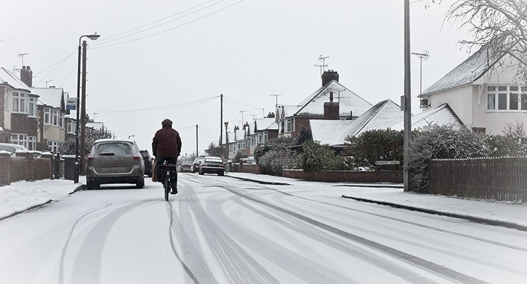Cyclist in snow | Smarter Travel Ltd
